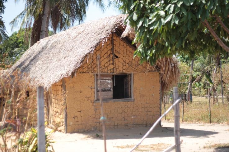 Casas de barro no caminho da Praia dos Pesqueiros