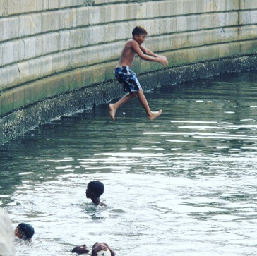 Meninos se banhando na Praça Mauá - Rio de Janeiro - Brasil